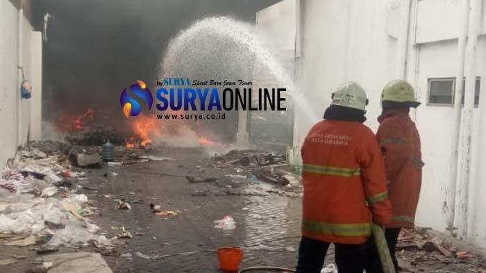 Gudang Bekas Penyimpanan Sparepart di Margomulyo Terbakar, Asap Hitam Sempat Bikin Warga Panik
