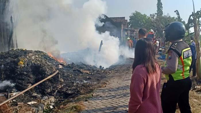 Gudang Barang Rongsokan di Sidoarjo Terbakar, Polisi Masih Selidiki Penyebab Kebakaran