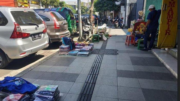 Jalur Pemandu Untuk Tunanetra di Pasar Genteng Surabaya 'Dirampas' Pedagang