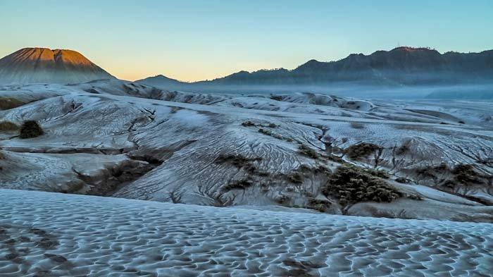 Fenomena Embun Upas Meluas, Lautan Pasir Gunung Bromo Memutih dan Makin Eksotis