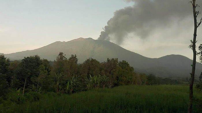 Waspadai Debu Vulkanik Gunung Raung, Masyarakat Banyuwangi Diimbau Batasi Aktivitas di Luar Rumah