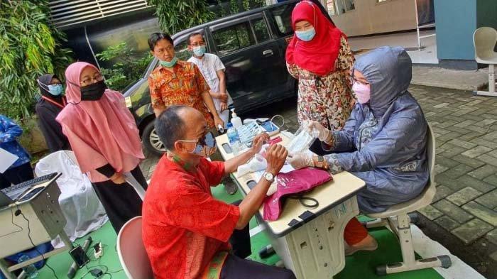 Guru dan Karyawan SMP Muhammadiyah 4 Surabaya Terima Vaksin Covid-19 di Sekolah