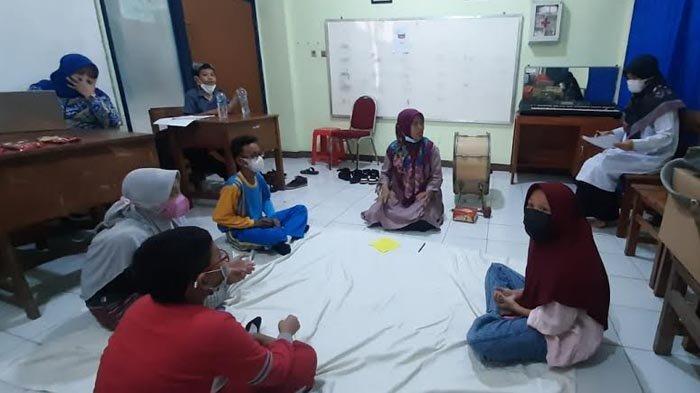 Guru Asal Makassar dan Papua Belajar Latih Siswa Tuna Rungu Merespon Bunyi di Surabaya