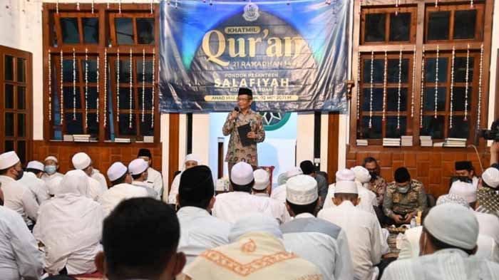 Menkopolhukam Mahfud MD, Wali Kota Pasuruan Saifullah Yusuf alias Gus Ipul, KH Idris Hamid saat hadir dalam acara Khotmil Qur'an di Pondok Pesantren (Ponpes) Salafiyah Kota Pasuruan.