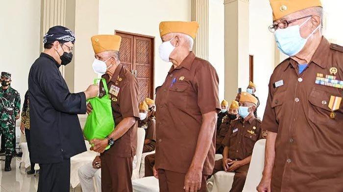 Gus Ipul Silaturahmi dan Beri Bantuan Anggota LVRI di Kota Pasuruan