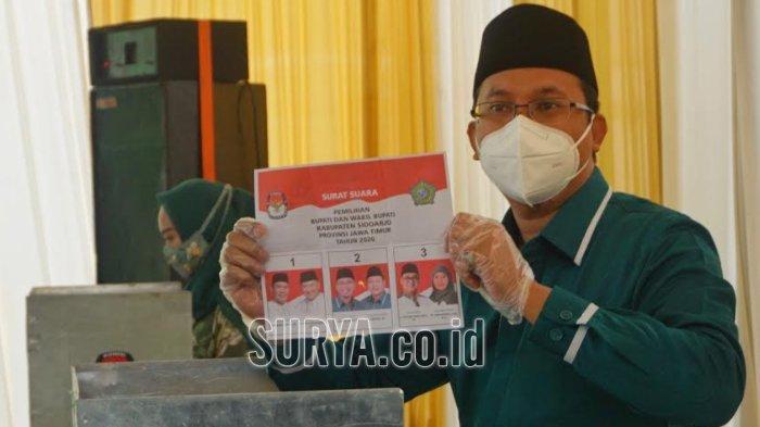 Gus Muhdlor saat menggunakan hak suaranya di TPS 6, Desa Kenongo, Kecamatan Tulangan, Kabupaten Sidoarjo, Rabu (9/12/2020).