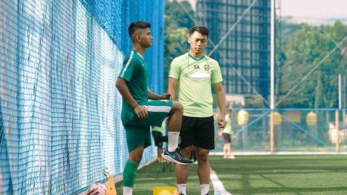 Hambali Tholib (kiri) menjalani latihan di lapangan sintetis Stadion Si Jalak Harupat Bandung saat Persebaya Surabaya tampil di Piala Menpora 2021. Dua Pemain Muda Persebaya Surabaya Pilih Tinggal di Mess Bajul Ijo hingga Kompetisi Liga 1 2021