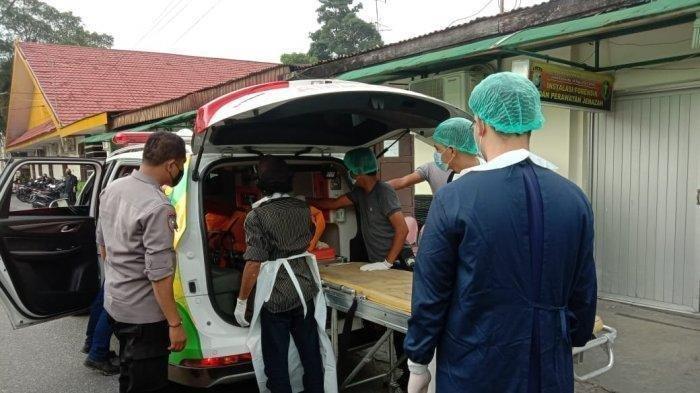 Jenazah Siti Hamidah saat dinaikkan ambulans dibawa ke RS Bhayangkara Polda Riau untuk menjalani autopsi. (TRIBUNPEKANBARU/RIZKY ARMANDA).