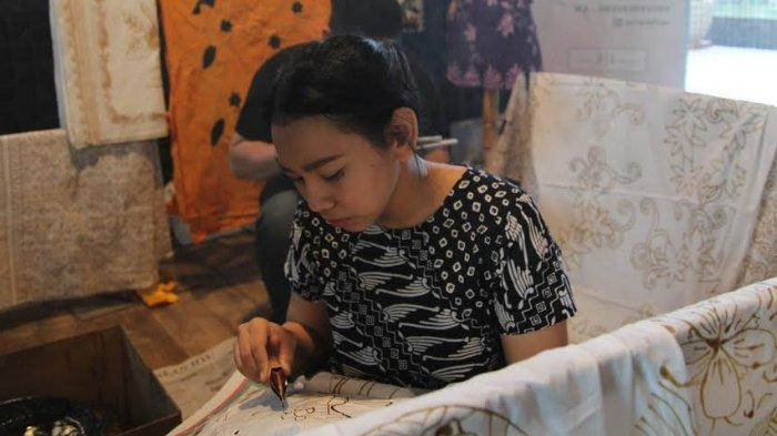 Hari Batik Nasional, FaveHotel Sidoarjo Ajak Tamu Membatik Bareng di Lobi