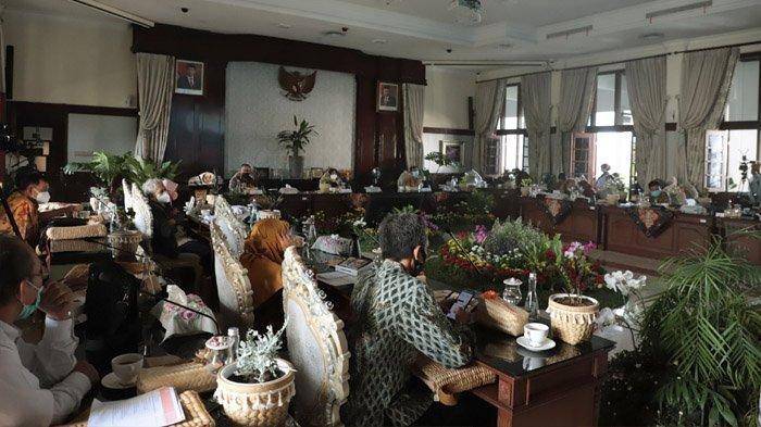 Hari Habitat Dunia (World Habitat Day) 2020, digelar secara daring dan luring itu dibuka di Balai Kota Surabaya, Senin (5/10/2020) malam.