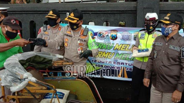 HUT Lalu Lintas Bhayangkara ke-65, Polisi Kota Malang Bagikan Masker dan Beras untuk Warga