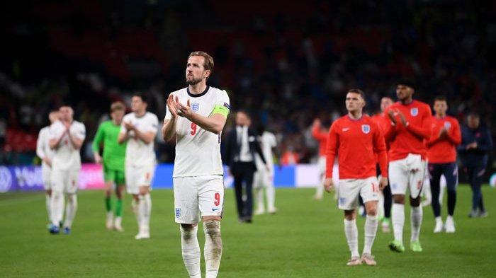 Kapten Timnas Inggris, Harry Kane dan pemain The Three Lions tertunduk lesu setelah kalah aats Italia dalam final EURO 2020