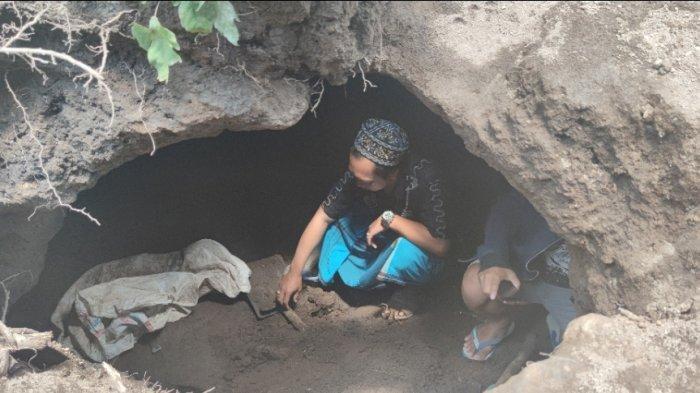 Seorang warga tengah menengok temuan kubur bilik di dekat rumah Wasit (43), Selasa (13/4).SURYA.CO.ID/DANENDRA KUSUMAWARDANA