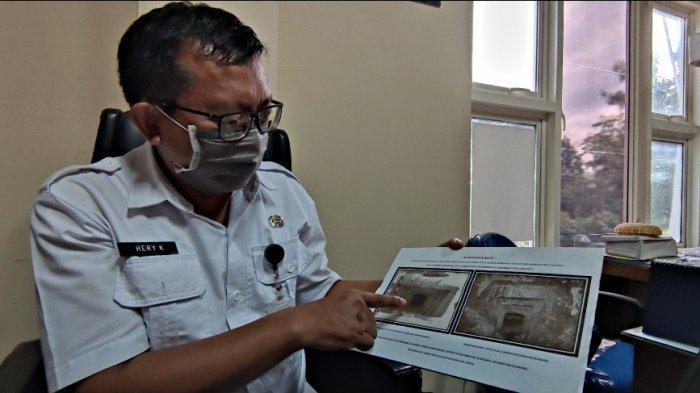 Kasi Sejarah dan Kepurbakalaan Dindikbud Bondowoso, Hery Kusdaryanto menunjukkan jenis batu kubur era megaltikum, Selasa (13/4).SURYA.CO.ID/DANENDRA KUSUMAWARDANA