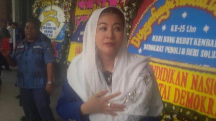 Hasnaeni Wanita Emas yang mengirimi bunga duka cita ke Anies Baswedan setelah banjir menerjang Jakarta.