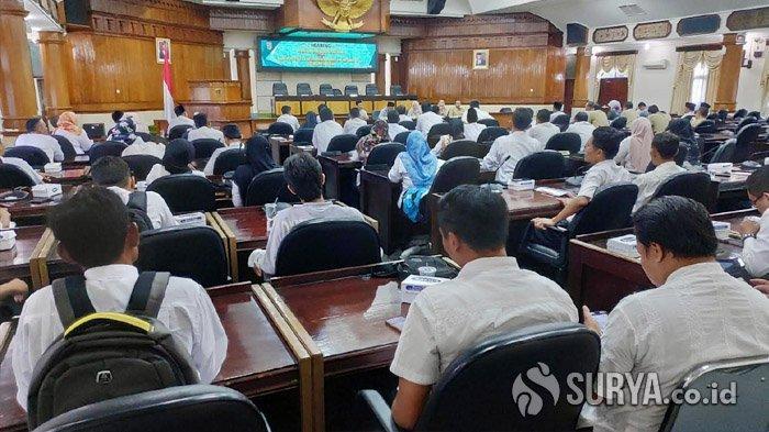 Tuntut Kesejahteraan, Ratusan Guru Honorer Geruduk DPRD Tuban, Kadindik Janji Menaikkan Gaji