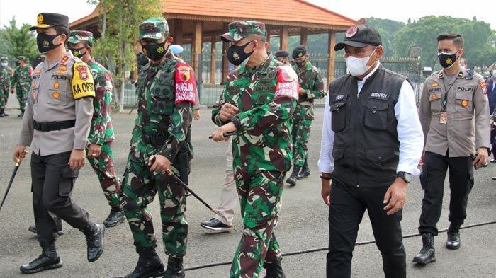 Sekdaprov Jatim Hadiri Apel Gelar Pasukan dan Tinjau Kesiapan PPKM Mikro Berbasis RT/RW di Surabaya