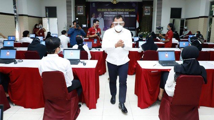 Tinjau Pelaksanaan SKB CPNS, Sekdaprov Jatim Pastikan Protokol Kesehatan Diterapkan Secara Ketat