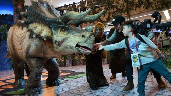 Anak-anak Senang Berinteraksi Dengan Dinosaurus di Tunjungan Plaza