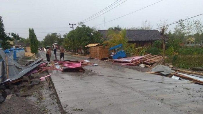 Hujan Disertai Angin Kencang Menumbangkan Pepohonan dan Merusak Rumah di Bojonegoro