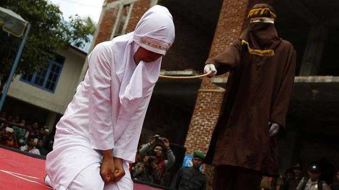 Wanita di Aceh Ini Dihukum Cambuk karena Berhubungan Seks di Luar Pernikahan