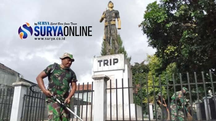 Jelang HUT TNI 2020,  Warga Bersama TNI Bersih-Bersih Monumen Mastrip Tulungagung