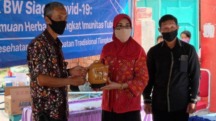 Putus Rantai Penyebaran Covid-19, Kampus Kesehatan IIK BW Bagikan Ramuan Herbal ke Warga Kediri