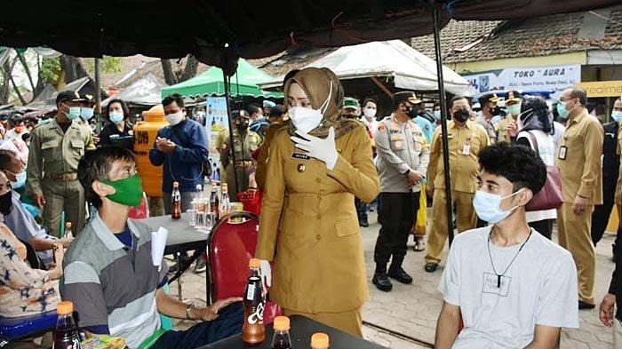Antisipasi Lonjakan Covid-19 di Mojokerto, Ratusan Pedagang di Pasar Legi Mojosari Divaksinasi