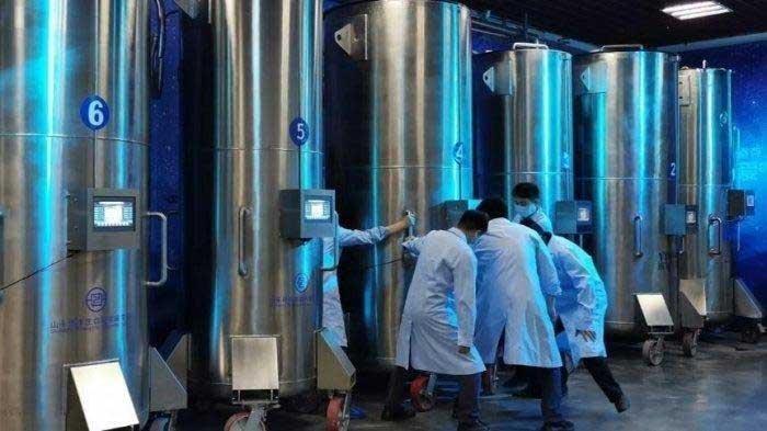 Wadah baja tahan karat untuk membekukan dan menyimpan tubuh dalam nitrogen cair super dingin di Shandong Yinfeng Life Science Research Institute, satu-satunya pusat krionik di China.