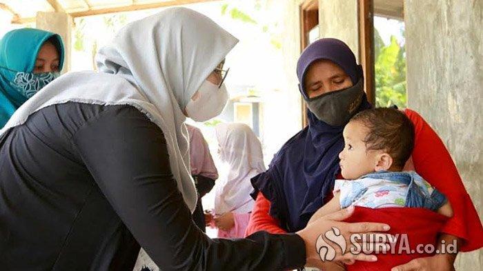 Ketua Tim Penggerak PKK Kabupaten Banyuwangi, Ipuk Fiestiandani saat mengunjungi balita and ibu hamil di Desa Kumendung, Kecamatan Muncar, Senin (11/1/2021).