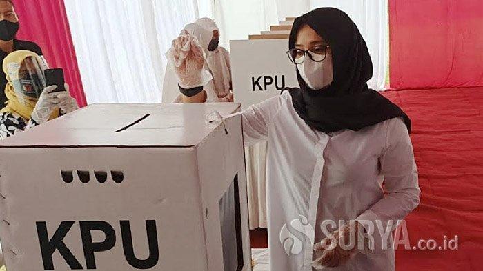 Calon Bupati Banyuwangi, Ipuk Fiestiandani Azwar Anas memberikan hak pilihnya dalam Pilbup Banyuwangi 2020, di Desa Karangdoro, Kecamatan Tegalsari, Rabu (9/12/2020) pagi.
