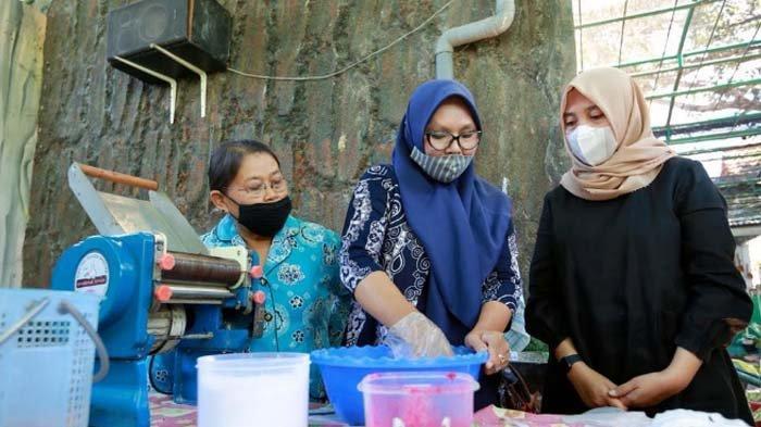 Latih Ibu-ibu Bikin Mie Organik, Ipuk bakal Perkuat Program untuk Dasawisma