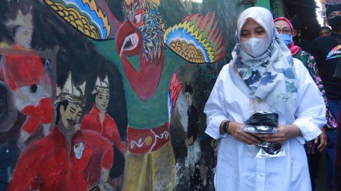 Kunjungi Kampung Lukis, Ipuk Fiestiandani Terinspirasi Geber Program Kampung Tematik