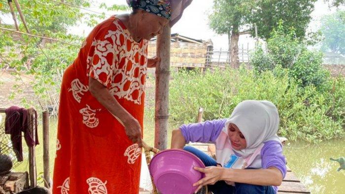 Asrilia Istri BHS Kunjungi Daerah Terpencil di Dusun Kali Kajang, Ikut Masak Bersama Emak-emak