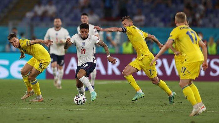 Jadon Sancho berusaha melewati kepungan pemain Ukraina di 16 Besar EURO 2020. Prediksi Pemain Inggris vs Denmark di Semifinal EURO 2020 Malam Ini, The Three Lions Punya Trisula Maut