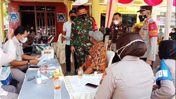 Polres Gresik Kawal Penyaluran Bantuan Tunai kepada Pedagang Kaki Lima dan Warungdi Balongpanggang
