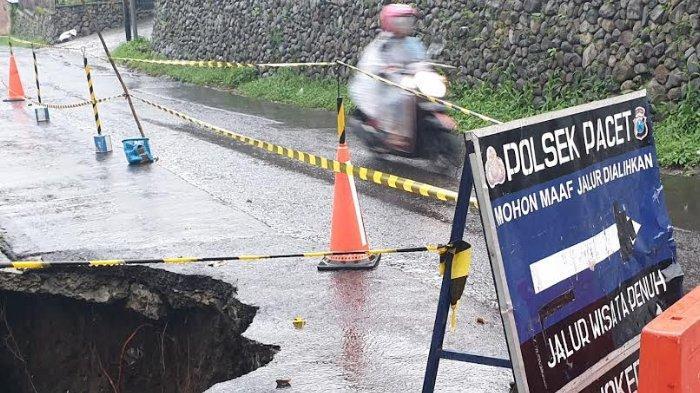 Jalan Menuju Wisata Air Panas Pacet Ambrol Tidak Kunjung Diperbaiki