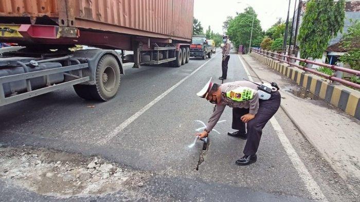 Awas Jebakan Batman di Jalan Nasional Lamongan - Babat, Kubangan Jalan Ancam Pengguna Jalan