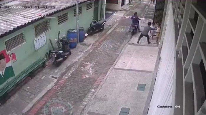 Gagal Gondol Sepeda Motor, 2 Pria di Surabaya Ini Malah Jambret Handphone Milik Anak Kecil, Teganya