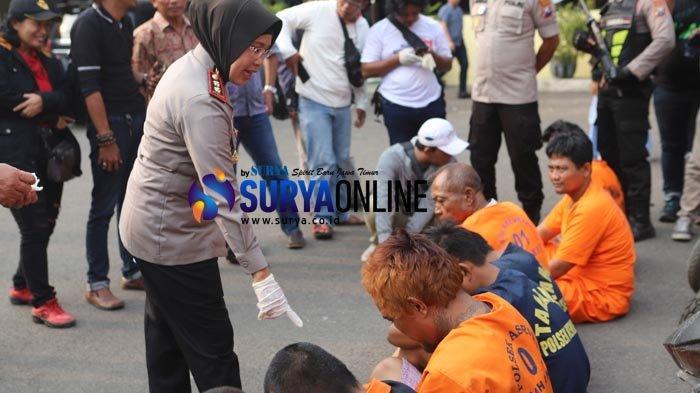 Kapolres Pelabuhan Tanjung Perak Surabaya, AKBP Ganis Setyaningrum, saat menunjukkan tersangka kejahatan jalanan.