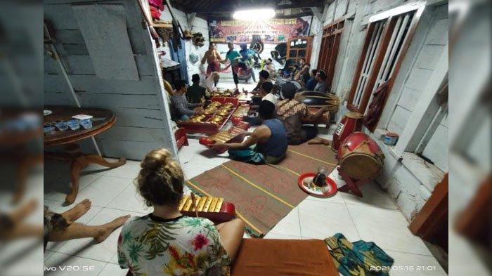 Warga Purwodadi Kabupaten Malang Kenalkan Kesenian Jaranan ke Turis Asing