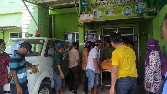 Jenazah Warga Bajeng, Kabupaten Gowa, Sulawesi Selatan yang ditemukan tergeletak di pinggir jalan saat hendak dibawa ke rumah duka, Minggu (8/11/2020) pagi