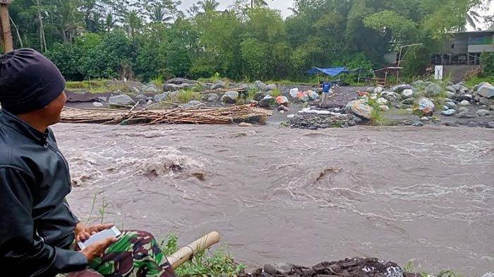 Anomali Cuaca, Lahar Dingin Kembali Menerjang Jembatan Penghubung Dua Kecamatan di Lumajang