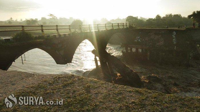 Terkikis Air Sungai Tanggul, Jembatan di JLS Jember Ambrol dan Putus
