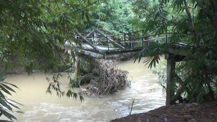 Tak Kuat Menahan Terjangan Arus Air, Jembatan Penghubung Antar Desa di Trenggalek Rusak Parah
