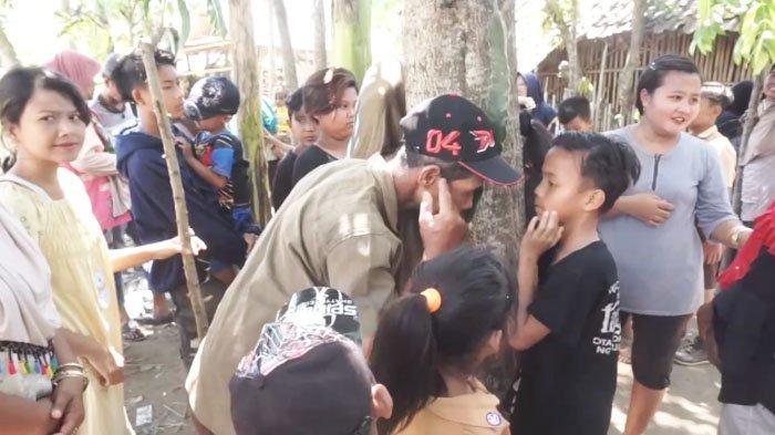 Heboh Pohon Akasia Menangis di Jember, Warga Berebut Tempelkan Telinga ke Pohon