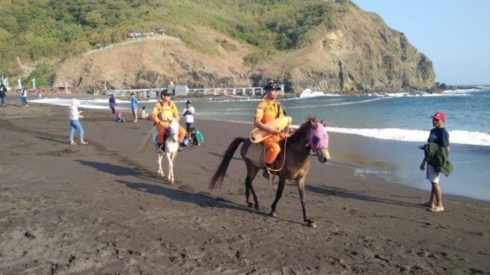 Tim SAR Pantau Situasi Pantai Payangan Jember dengan Naik Kuda
