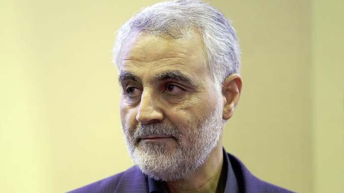 oto yang diambil pada 14 September 2013, menunjukkan Komandan Pasukan Quds, cabang dari Garda Revolusi Iran, Mayor Jenderal Qasem Soleimani, ketika mendapat ucapan belasungkawa atas kematian ibunya di Teheran. Soleimani tewas dalam serangan yang diperintahkan Presiden AS Donald Trump di Baghdad, Irak, pada 3 Januari 2020.