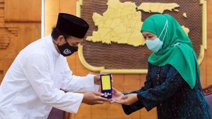 Gubernur Khofifah Anugerahkan Penghargaan Jer Basuki Mawa Beya Emas Kepada Pencipta Selawat Badar