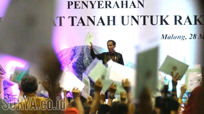Presiden RI, Joko Widodo (Jokowi) berpidato usai menyerahkan sertifikat tanah secara simbolis di GOR Ken Arok, Kota Malang, Rabu (28/3/2018).